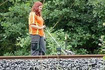 Trať u Chebu opět ochromila výluka. Po trati se pohybují pracovníci SŽDC s měřícími přístroji.