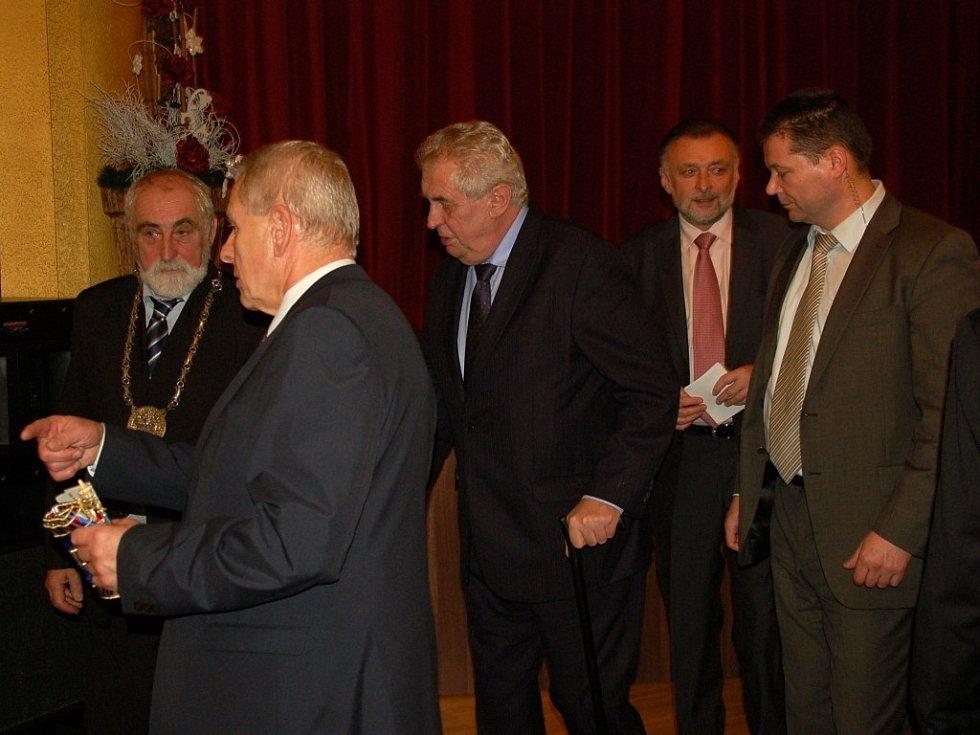 Mažoretky, dechový orchestr a asi tři stovky občanů v Chebu přivítaly prezidenta Miloše Zemana. Ten s obyvateli debatoval například o nízkých důchodech anebo nezaměstnanosti. Nakonec se podepsal do Pamětní knihy města Chebu.
