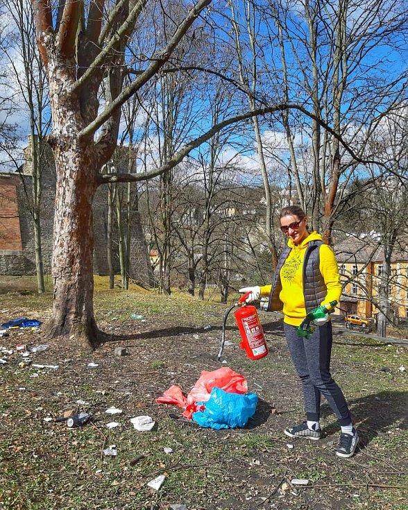 Dobrovolníci i v Chebu vyrazili o víkendu do ulic. V přírodě našli neuvěřitelné množství odpadu. Tradičně tu lidé našli pneumatiky, papíry od bonbónů a cukrovinek, roušky, respirátory a mnoho dalšího.