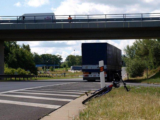 Policisté museli na Chebsku řešit nehodu kamionu a cyklisty
