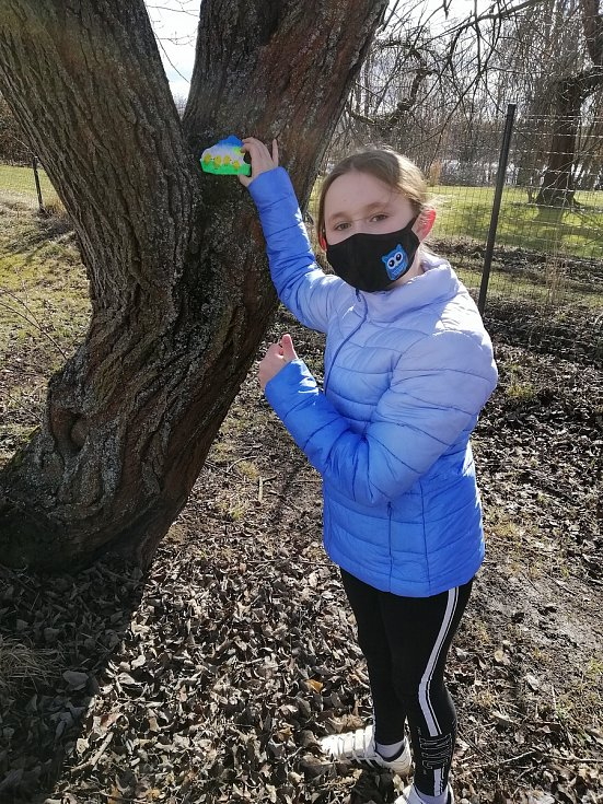 Eliška Soukupová provedla Deník celým ´výrobním procesem´ kamínkování. Umísťování kamínku.