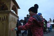 Do Ježíškovy schránky vhazovali svá přání dospělí i děti v Dolním Žandově. Nakonec nesměli zapomenout zazvonit na zvoničku.