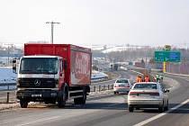 Při nehodě u Odravy na Chebsku nákladní automobil přejel přes svodidla do protisměru