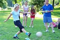 ŽENY A PENALTY. A tento míč z tenisky Andrey Boháčové skončil vydařeně v síti na sportovně zábavné soutěži okrouhlácké dvojičky.