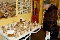 PERNÍKOVÝ BETLÉM autorky Aleny Lísalové z Habartova v chebském infocentru obdivoval i Petr Novotný z Chebu. Podle něho se jedná o příjemnou vánoční výzdobu.