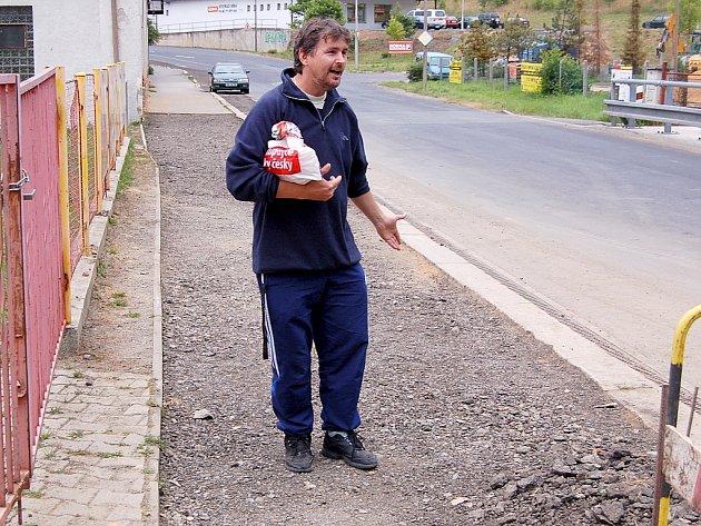 OTEC PORANĚNÉHO chlapce Petr Větrovec z Chebu ukazoval, kde k celému incidentu došlo. Dominik se měl údajně poranit o kus plechu.