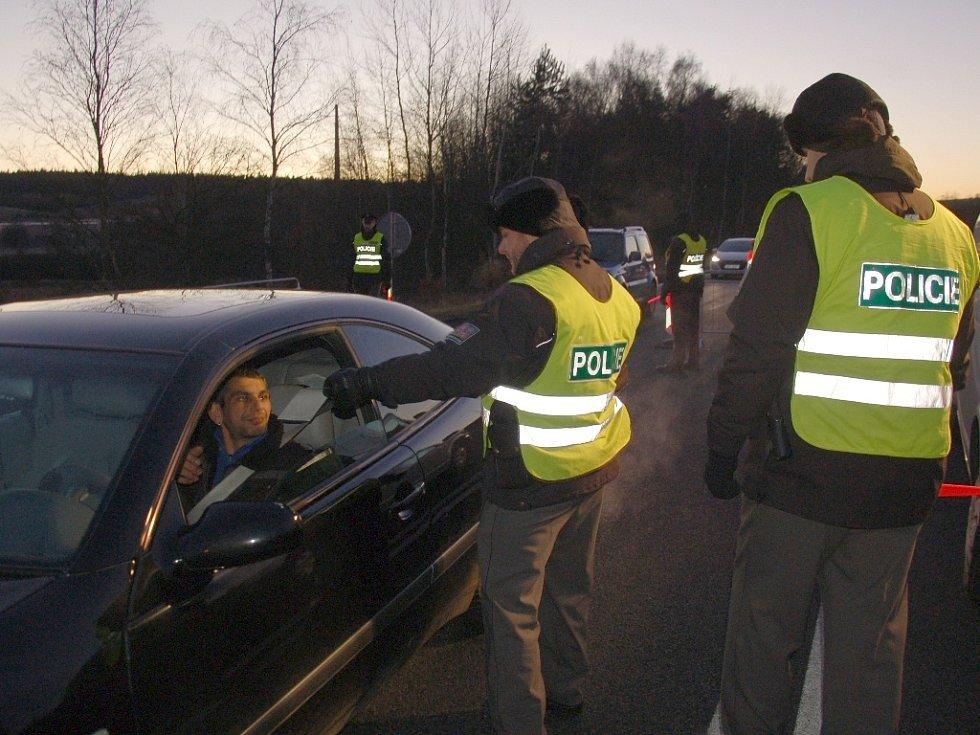 POLICISTÉ kontrolovali projíždějící automobily například na hraničním přechodu v Pomezí nad Ohří.