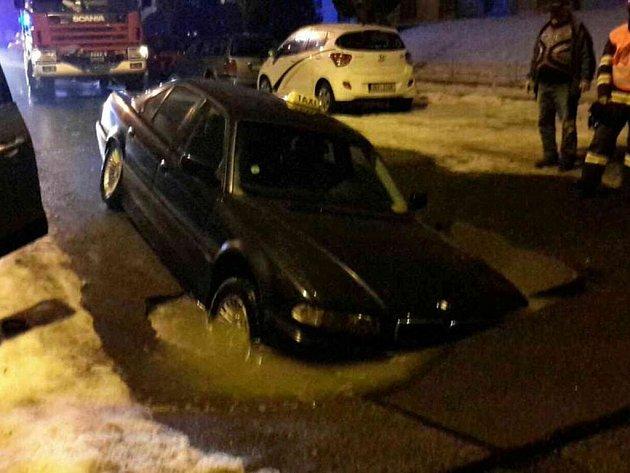 V chebské ulici Lidická se v noci z pátka na sobotu propadla část vozovky. V kráteru uvízlo auto taxislužby.