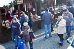 Letošní jedinečné vánoční trhy na chebském náměstí i přes týden lákají mnoho Chebanů i lidí z okolí.