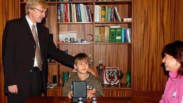Jedenáctiletý Jakub Chromečka z Chebu převzal od chebského starosty ocenění za statečné chování