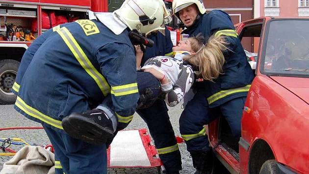 Evropský týden mobility na chebském náměstí Krále Jiřího  hasiči vyprošťují raněnou studentku
