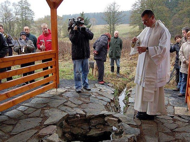 STUDÁNKA DOSTALA POŽEHNÁNÍ.   Desítky  návštěvníků, které se vydaly  v sobotním  chladném počasí do lesů u Mnichova, přihlížely  žehnání  legendárního Siardova pramene.