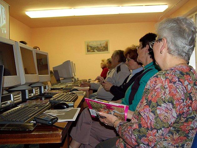 ZÁJEM BYL VELKÝ. Projekt Senioři komunikují, kdy se lidé učili zacházet například s počítačem, zaznamenal velký úspěch.