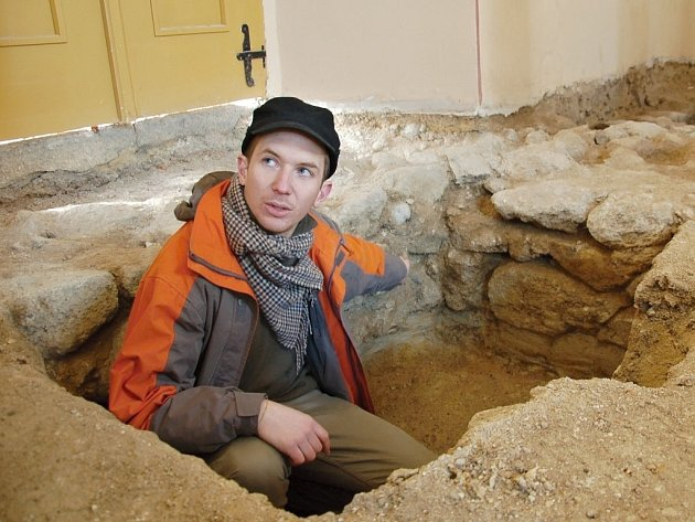 JIHOZÁPADNÍ KOUT středověkého kostela v Křižovatce na Chebsku ukazoval archeolog Filip Prekop.