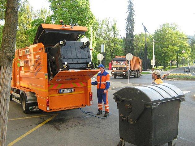 Mariánské Lázně čistí nádoby na odpad.