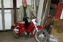 Jiří Pavlík po návratu z afrického Dakaru a jeho motocykl Jawa Pionýr v garáži automotoklubu