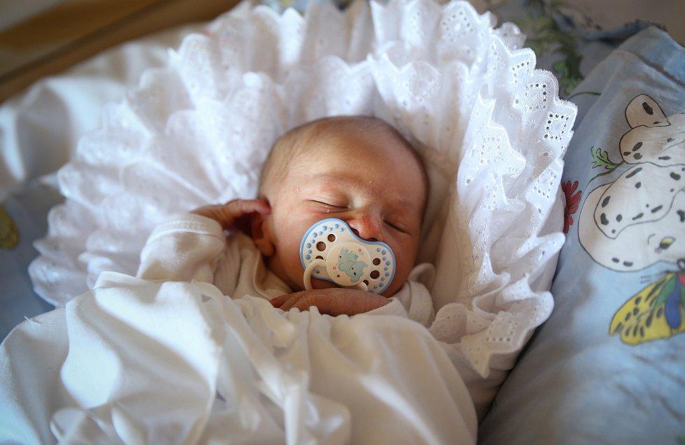 MICHAEL BEDNÁŘ bude mít v rodném listě datum narození v neděli 1. prosince v 8.9 hodin. Na svět přišel s váhou 3 400 gramů. Doma v Chebu se z malého Michaelka radují bráškové Jan s Tomášem, maminka Lenka a tatínek Jan.