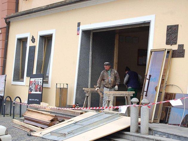 Až do konce týdne bude uzavřený hlavní vchod chebské radnice na náměstí Krále Jiřího z Poděbrad. Důvodem je výměna dveří.
