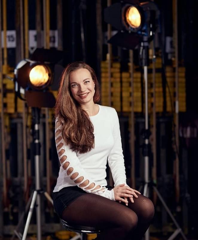 Magdaléna Hniličková je narozena roku 1988 ve znamení Štíra, pochází z Karlových Varů, vystudovala pražskou vyšší odbornou školu hereckou pod vedením Pavla Kheka a Tomáše Petříka.