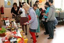 Fairtradová káva nebo čaj, jogurty z farmy, pomazánky, domácí chleba a dobroty vlastní výroby. To vše a mnoho dalšího bylo možné posnídat v prostorách Vyšší odborné školy v Chebu. Konala se zde Férová snídaně.
