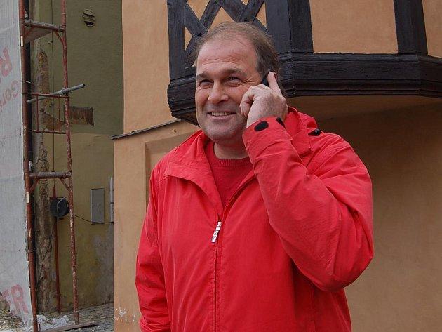VLASTIMIL STRÝČEK bývá většinou po Chebu vidět s telefonem u ucha. Denně prý musí také vyřídit desítky hovorů se zákazníky.