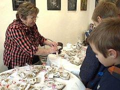 PALIČKOVÁNÍ bylo jedním z řemesel na Vánočním trhu ve františkolázeňské Galerii Brömse, které hosty zaujalo.