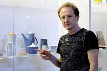 V CHEBSKÉM Retromuseu se již začalo s instalací. Ředitel GAVU Marcel Fišer ukázal některé ikonické exponáty.