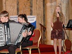 MÍŠA SLÁMOVÁ okouzlila nejen porotu pěvecké soutěže Karlovarský skřivánek, ale také návštěvníky koncertu Akordeonového orchestru Alexandra Smutného.