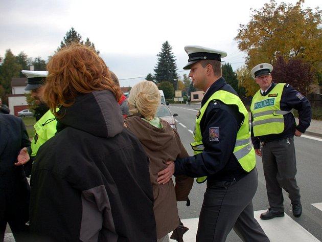 Blokáda přechodu pro chodce v Drmoulu. Předem ohlášenou akci přerušovali dopravní policisté
