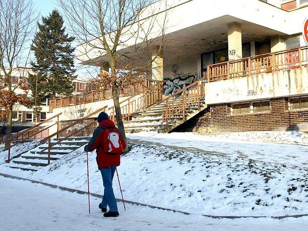 CHÁTRAJÍCÍ OBJEKT bývalého kulturního domu na chebském Zlatém vrchu se pravděpodobně brzké přestavby nedočká.