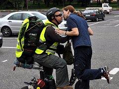 CHVILKA PŘED STARTEM. Polibek od partnerky a Miroslav Mondek je připravený vyrazit na cestu s peticí Alkohol za volantem zabíjí.