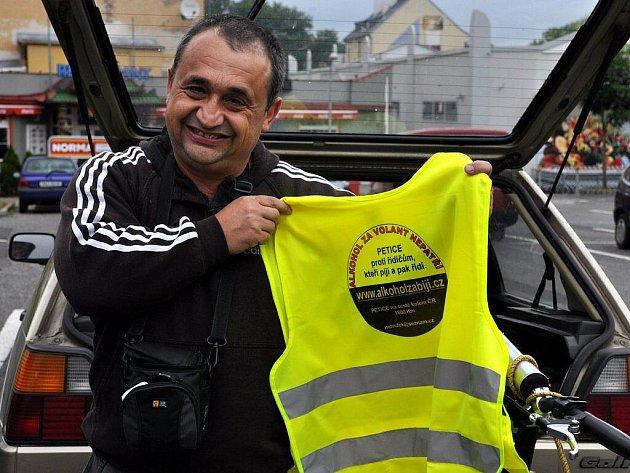 Miroslav Mondek na koloběžce s motorem vyrazil na další část svého putování okolo Česka. Tentokrát z Chebu do jižních Čech