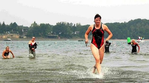 Cheb/ Tradiční chebský triatlon, který se koná v okolí Jesenické přehrady, má svého vítěze. Stal se jím Jiří Stehlík z Chebu, který doplaval na druhém místě, na kole dojel čtvrtý a v běhu skončil na druhém místě.