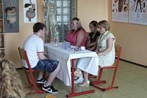 Na žáky osmých tříd čekala v chebském Poohří ukázka práce hasičů a zdravotníků.