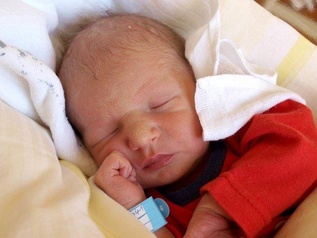 JAN RÉVAY bude mít v rodném listě datum narození neděli 19. srpna v 16.52 hodin. Honzík při narození vážil 2 880 gramů a měřil 49 centimetrů. Maminka Šárka a tatínek Jan se radují z malého synka doma v Chebu.