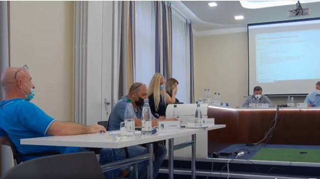 V úterý 14. září se někteří zastupitelé na posledním zasedání městského zastupitelstva ve Františkových Lázních rozhodli odvolat starostu města Jana Kuchaře. Návrh neprošel, proto chtějí svolávat mimořádné zastupitelstvo, a to nejpozději do 7. října