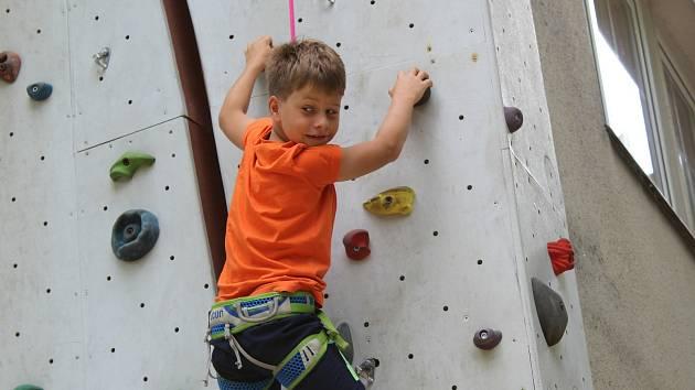 Děti z Chebska si užily další jedinečný příměstský tábor v Domě dětí a mládeže Sova v Chebu. Během týdne si vylezly na horolezeckou stěnu, svezly se na kánoích, povozily se na koních anebo si vyšláply do terénu, kde hledaly různé indicie.