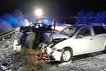 Při dopravní nehodě u Staré Vody se zranily dvě osoby. Záchranáře na místo nehody přivolal systém eCall.