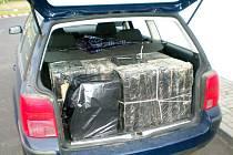 ZÁPADOČEŠTÍ CELNÍCI při běžné kontrole na silnici R6 zastavili Volkswagen Passat. Při kontrole zjistili, že dvojice Vietnamců veze v kufru vozu nelegálně 2800 krabiček cigaret.