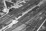 Ocelová lávka, která desítky let vedla přes chebské nádraží.