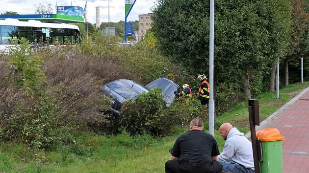Řidič se neřídil signalizací a naboural.