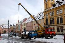 Pracovníci společnosti Chetes začali s odstraňováním stříšek z historických kašen na chebském náměstí Krále Jiřího z Poděbrad