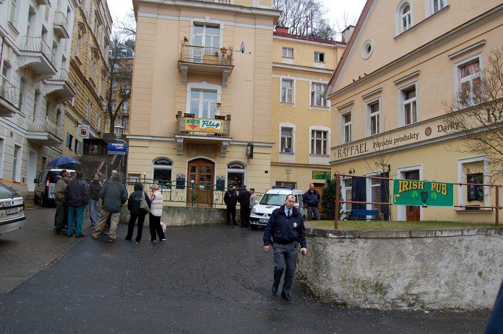 Průzkum požárem poničeného domu v mariánskolázeňské Poštovní ulici