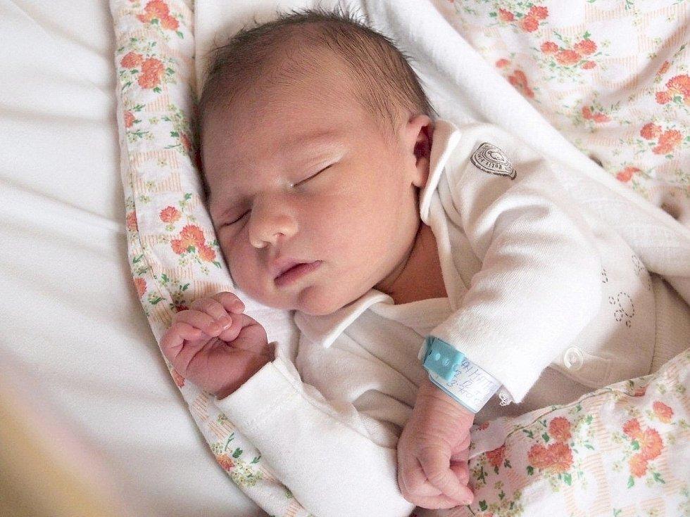 KRISTIAN MATFIAK si poprvé prohlédl svět v pátek 21. prosince v 16.05 hodin. Při narození vážil 3 750 gramů a měřil 52 centimetrů. Z malého Kristianka se raduje doma ve Františkových Lázních maminka Lucie spolu s tatínkem Antonínem.