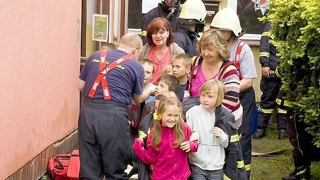 Požár družiny byl námětem společného mezinárodního hasičského cvičení v Lubech. Některé z dětí vyděsili hasiči v maskách, jiné to vzaly sportovně.