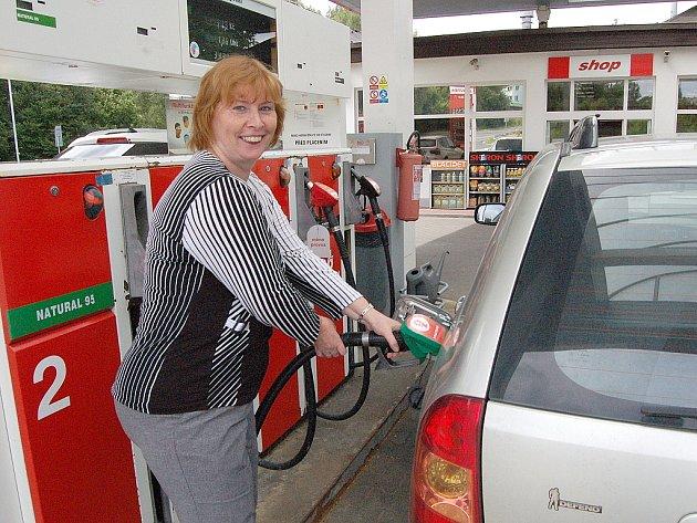 ANTONIE MENCLOVÁ si na ceny benzinu nestěžuje.
