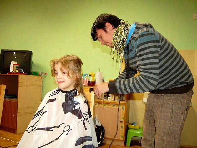 V malý kadeřnický salón se proměnil na jedno odpoledne nízkoprahový klub Pohoda v chebské Karlově ulici.