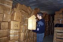 Chebští celníci nalezli v kontrolovaném kontejneru padělané boty Adidas za 75 milionů korun.