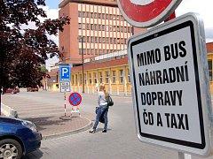 NA PARKOVIŠTI U CHEBSKÉHO nádraží jsou nově vyhrazená místa pro výlukové autobusy. Řidiči si budou muset zvyknout na tuto novinku. Autobusy zde budou parkovat víc než rok.