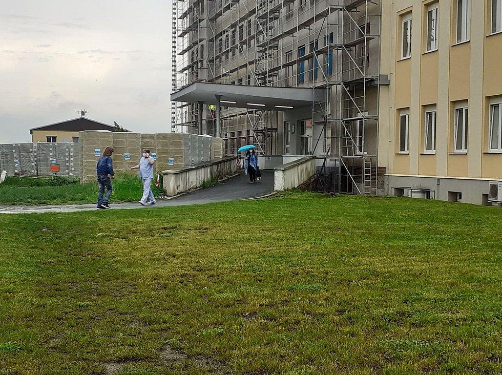 Zastaralé budovy, nevyhovující interiér, složité, nepraktické a zdlouhavé přebíhání mezi odděleními. Takové podmínky, které léta trápily chebské lékaře a zdravotnický personál pracující na dětském oddělení jsou teď už konečně minulostí.